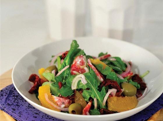 Салат из рукколы с оливками, вялеными томатами и салями