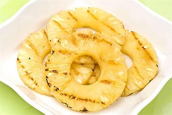 Десерт из жареного ананаса с мороженым
