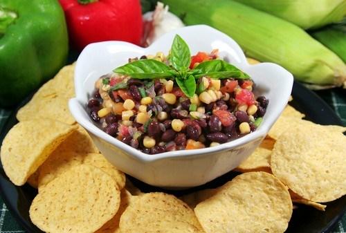 Салат с жареной кукурузой, черной фасолью и манго