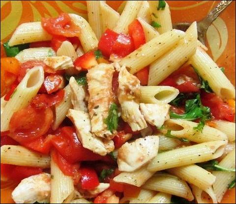 Теплый салат из пасты, курицы и шпината