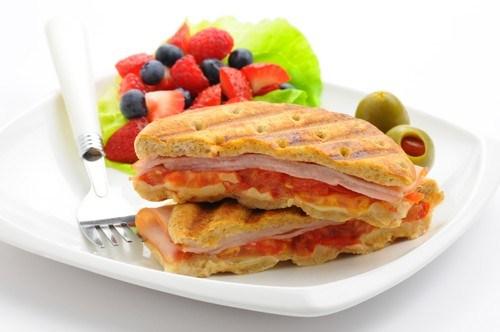 Легкие сэндвичи с прошутто и моцареллой