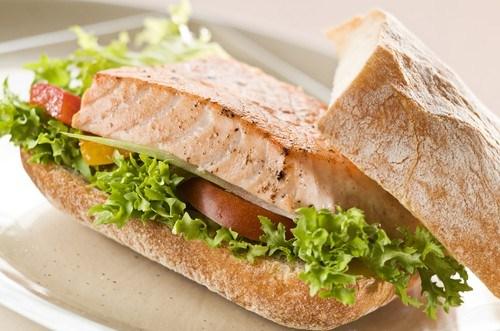 Сэндвичи с лососем на гриле, рукколой, помидорами и кремом из авокадо