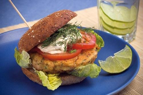 Быстрые бургеры с тунцом, латуком и помидором