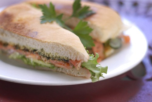 Быстрые сэндвичи с лососем, овощами и рикоттой