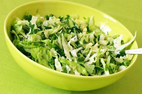 Салат из зеленой капусты и петрушки с кислой заправкой