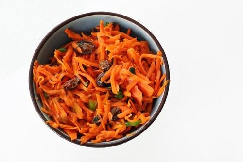 Морковный салат с мятой и изюмом