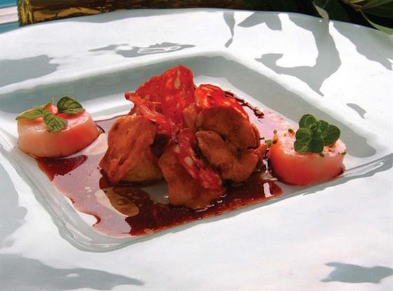 Лисички с хрустящей салями в соусе из красного вина с тмином и кориандром