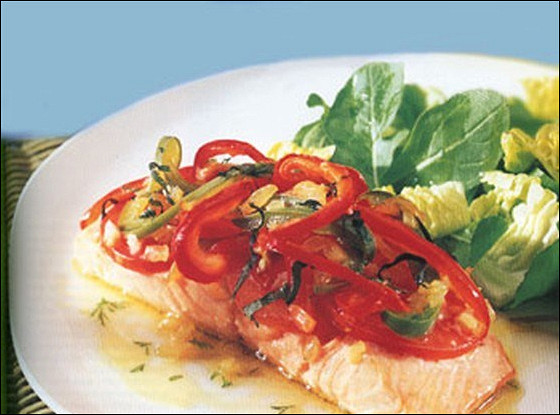 Запеченный лосось под болгарским перцем и помидорами