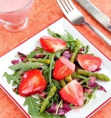 Салат из рукколы и клубники