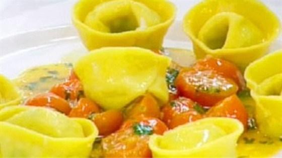 Тортеллини с крабом в томатном соусе