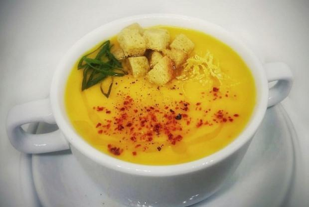Согревающий тыквенный суп с имбирем, цедрой лимона и красным перцем