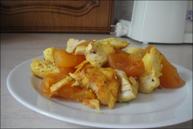 Курица с сухофруктами и шафраном