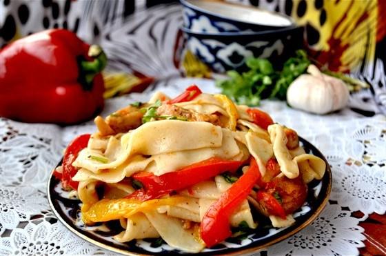 Салат с домашней лапшой и курицей