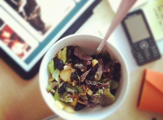 Теплый салат с яблоком