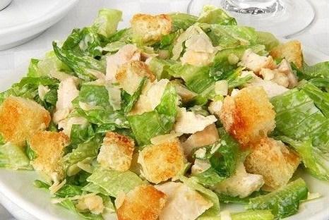 Салат «Цезарь» с огурцами и маслинами