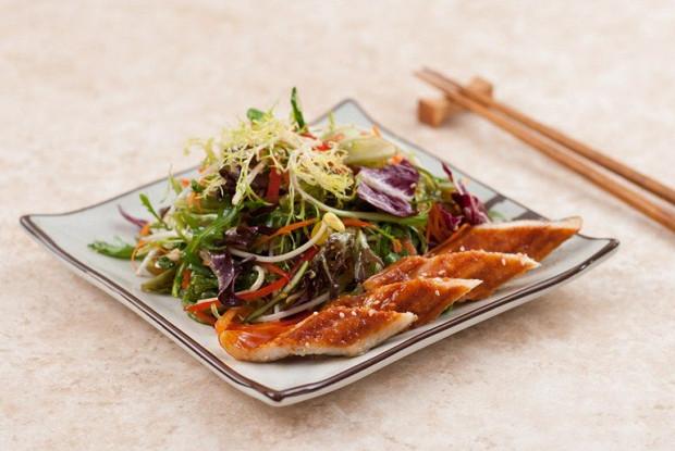 Микс салат с водорослями чука и жареным угрем унаги