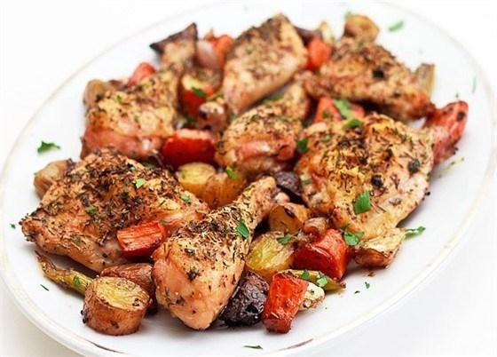 Запеченная курица с овощами и прованскими травами