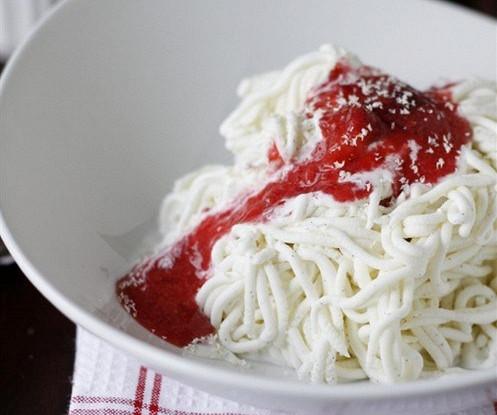 Замороженные спагетти с клубничным соусом