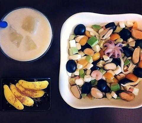Десертный салат из морепродуктов, авокадо и физалиса