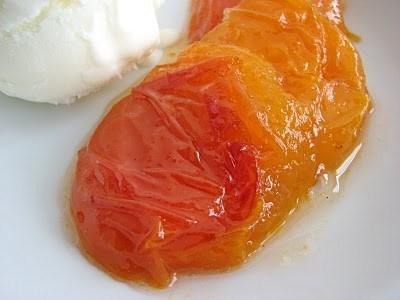 Абрикосы в ромашковом сиропе со сметанным мороженым