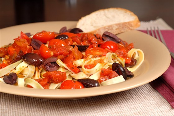 Спагетти с соусом путтанеска