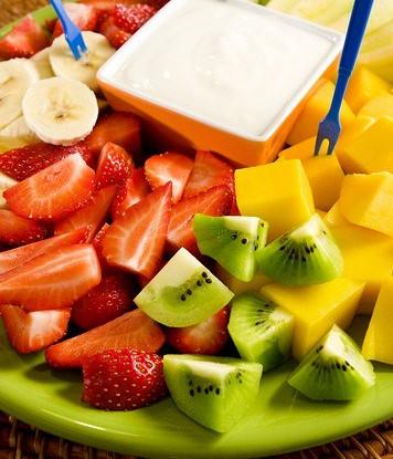 Свежие фрукты с медово-йогуртовым соусом