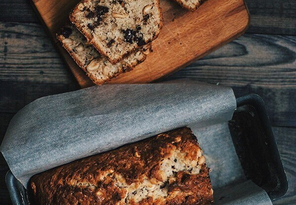 Банановый хлеб с шоколадом и солёным арахисом