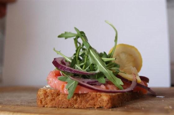 Датский открытый сэндвич (smørrebrød) с красной рыбой