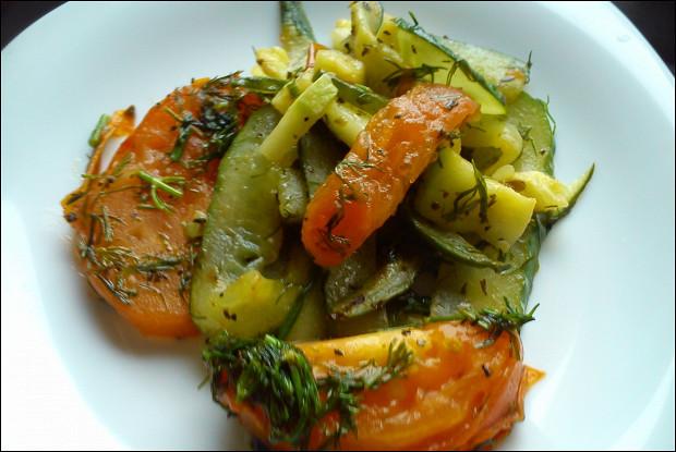 Теплый салат из овощей с молодым картофелем