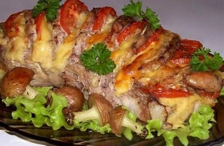 Свинина, запеченная гармошкой, с картофельными грибами
