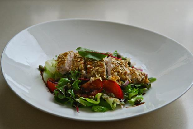 Салат с куриной грудкой и апельсиново-медовой заправкой
