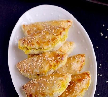 Слоеные пирожки с курицей карри