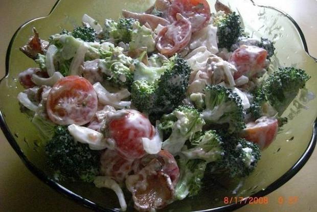 Салат с курицей, брокколи и помидорами черри
