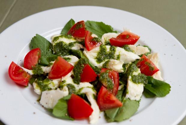 Зеленый салат с сулугуни и соусом песто