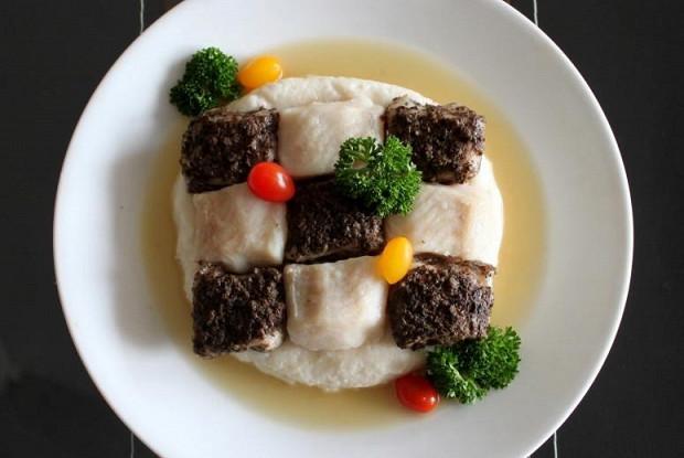 Шахматная доска из рыбы с кремом басмати и грибным фюме