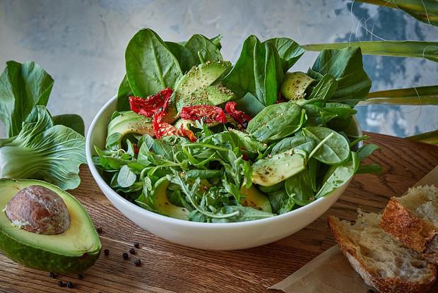 Зеленый салат с авокадо и семенами подсолнуха