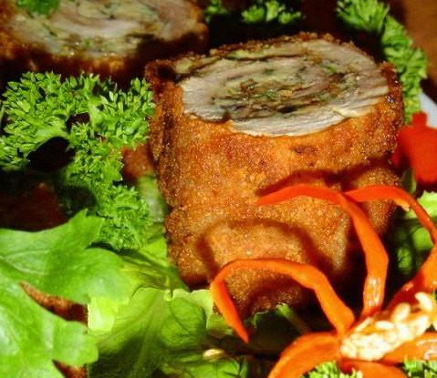 Горячий рулет из омлета со свининой