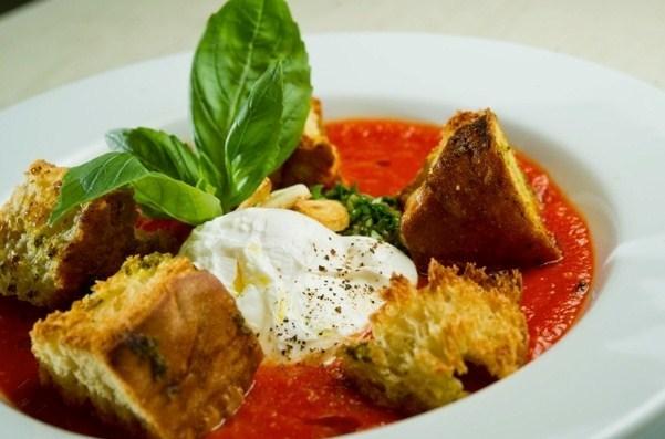 Томатный крем-суп с тосканскими гренками и яйцом пашот