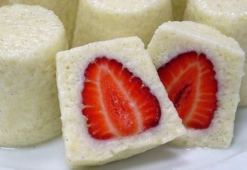 Утренние сливочные манные пирожные со свежей клубникой и ванилью