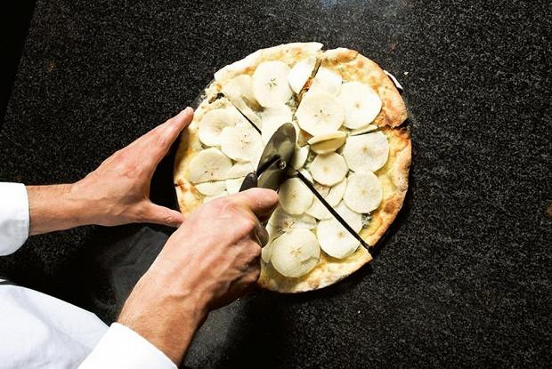 Пицца с голубым сыром и грушей