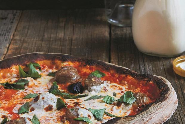 Пицца с сосисками и водочным соусом
