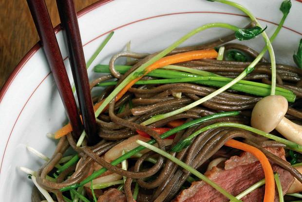 Гречневая лапша с овощами, уткой и древесными грибами