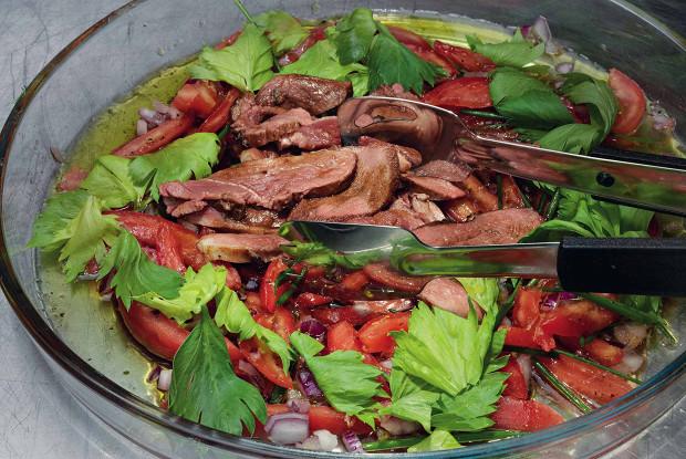 Говядина с томатами, базиликовым маслом и листьями сельдерея
