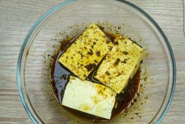 Тофу, маринованный в чесноке, кинзе и лимонном соке