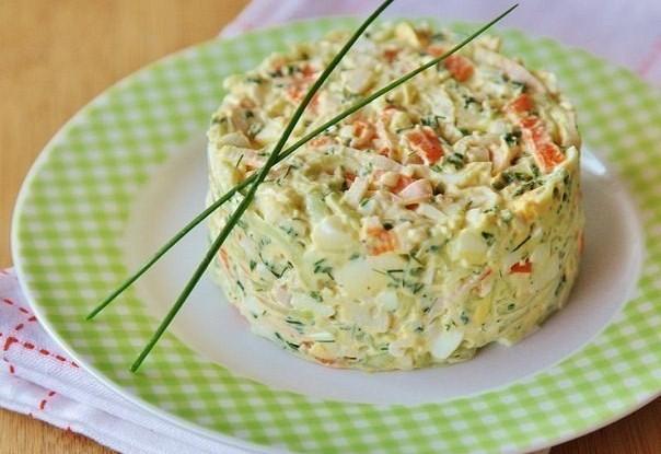 Крабовый салат с огурцом и зеленым луком