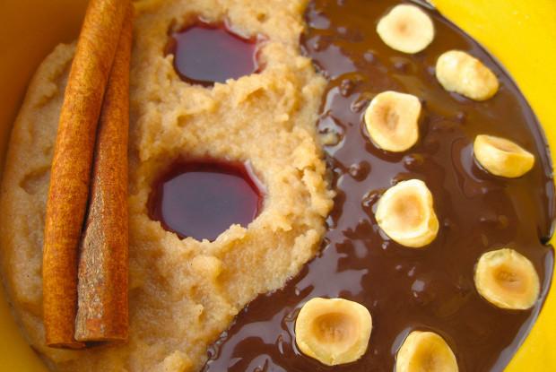 Манная каша с фундуком, темным шоколадом и клюквенно-гранатовым соусом