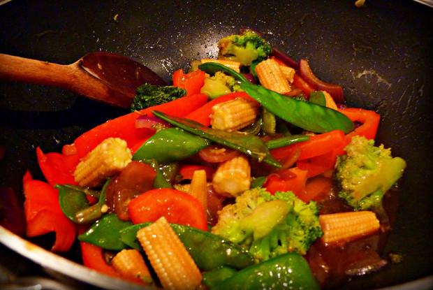 Быстрое овощное рагу с базиликом и чили