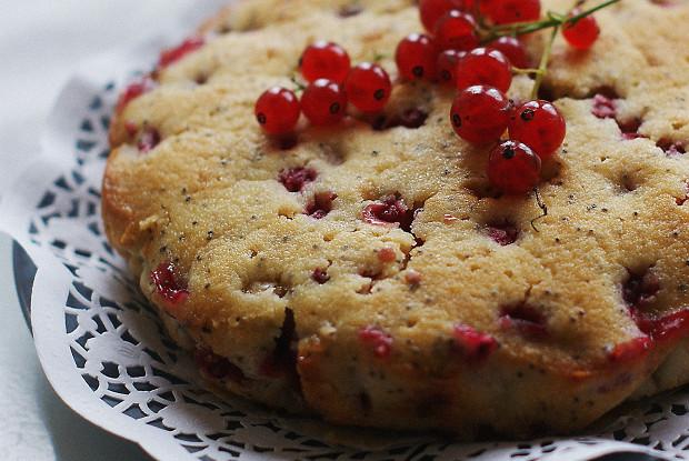 Пирог с маком и красной смородиной