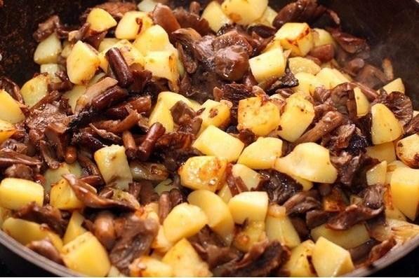 Картошка с опятами в сметане