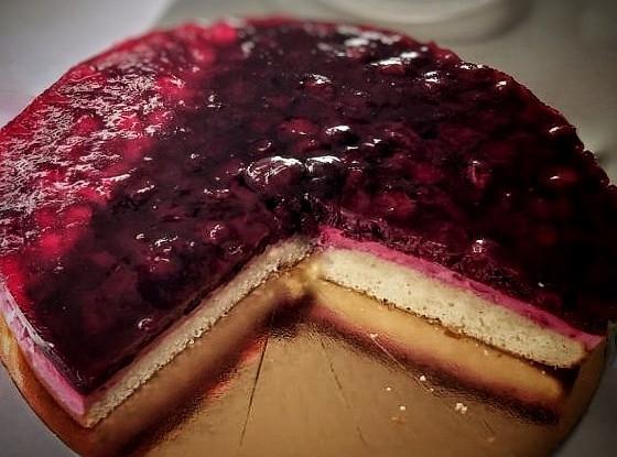 Бисквитный торт с вишней в желе